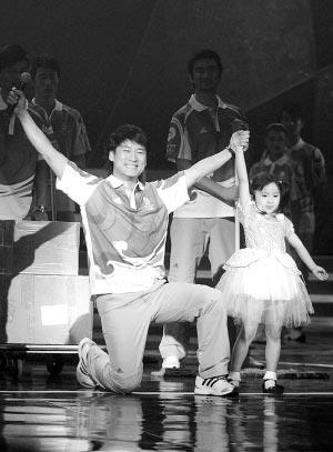 北京奥运会残奥会制服发布 周华健现场献唱志愿者歌