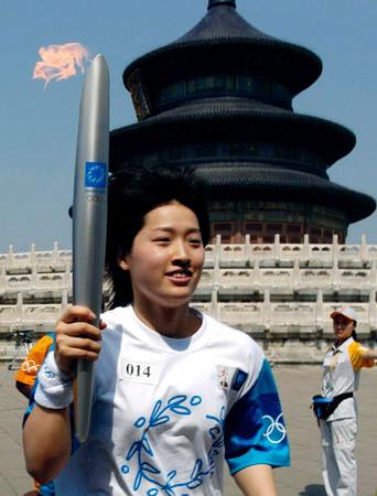 罗雪娟成中国接奥运火炬第一人 创火炬传递史先河
