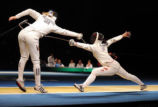 图文-击剑世锦赛女团中国进决赛 李娜身姿飞扬