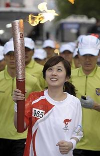 奥运圣火首尔站传递结束众多文体明星成为火炬手