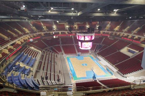 8万名观众的五棵松篮球馆,走进场心,仰望四周,近40多米高的钢屋架马道