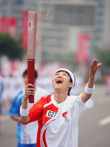 美少女重庆传递激动飞吻 曾获全国十佳少年主持