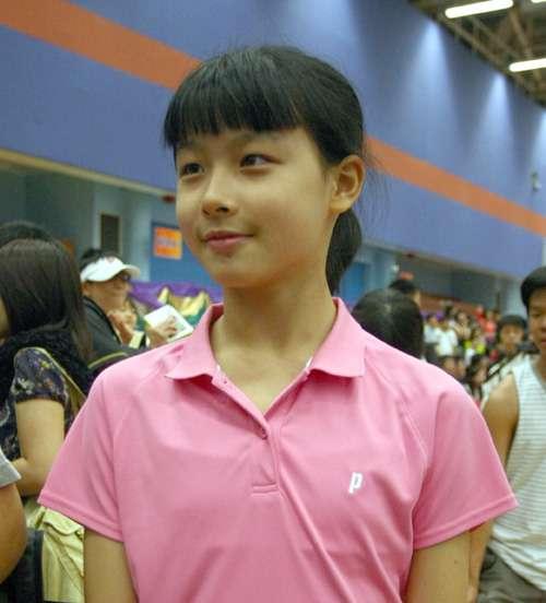 香港羽球明日之星和张宁过招 12岁小将喜获冠军鼓励