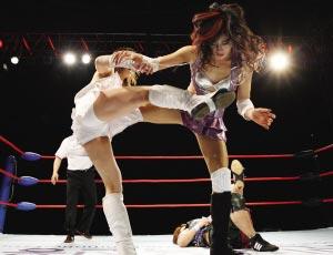 日韩美女摔跤疯狂不输猛男