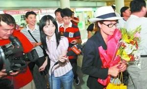 郭晶晶时尚潮人模样返京随口说俩字打发大批记者