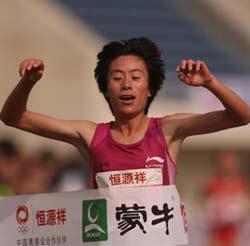北京国际马拉松中国包揽女子前三白雪卫冕摘金