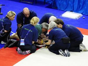 世锦赛发生骇人一幕女选手头部着地受伤昏厥(图)