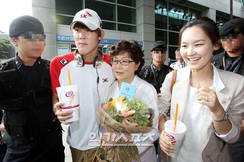 朴泰桓回到韩国,母亲与姐姐接机