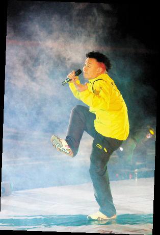 图为陈奕迅在开幕盛典上献唱。本报记者 徐冰摄