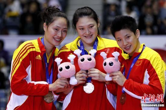 11月18日,2011年女排世界杯在日本东京落下帷幕,上届冠军意大利卫冕成功,美国队获得亚军,中国队获得季军。图为中国队参加颁奖仪式。中新社发 富田 摄