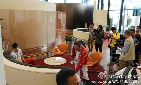 刘翔在希思罗机场(图片来自微博网友@我行我素就是我)