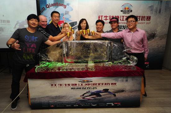 嘉宾共同启动2012红牛钱塘江冲浪对抗赛