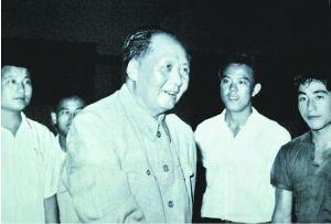 上世纪60年代,毛主席先后三次接见中国乒乓球队(右一为庄则栋)。照片提供:佐佐木敦子