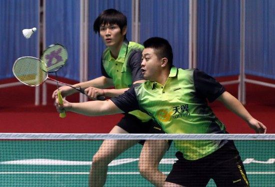 鲍春来(左)与郑波搭档