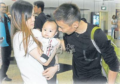 李宗伟一家三口在机场