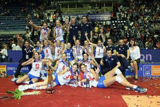 塞尔维亚女排全家福(图片来源:FIVB网站)