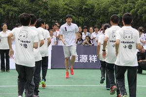 刘翔教高中生练跨栏两代跨栏王来场正面对决(图)