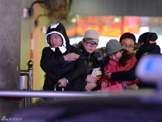 2014年8月14日,一连拿下单赛季5个冠军的丁俊晖做客央视《风云会》时,幸福地承认已婚。妻子张元元是标准的万能牌老婆,负责打理他的一切事务。有妻如此,难怪丁俊晖战功赫赫,所向披靡   2010年4月2日,丁俊晖刚刚参加完一场北京斯诺克世界公开赛,在赶往下榻酒店休息的途中,接到北京一家财经类杂志体坛风云人物版责任编辑约访的电话,两人约定20分钟后在丁俊晖下榻的酒店见面。   一进酒店大门,丁俊晖就看到一个扎着马尾辫的女孩朝他边走边招手。那笑容让本来很累的丁俊晖突然有了一种很放松的感觉。两人在大堂