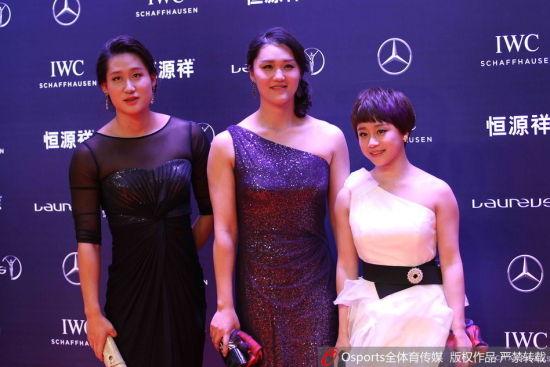刘子歌(左)