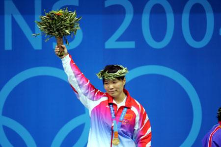 图文-雅典奥运(28届)中国金牌榜 陈艳青举起第7金