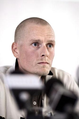图文-拉斯姆森开口承认说谎 坦然目光面对镜头