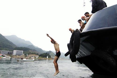 图文-奥运舵手总决赛第一集入水方式很刺激