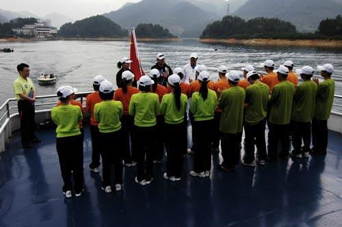 图文-奥运舵手总决赛第一集铁人三项比赛开始