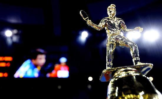 图文-国际乒联总决赛胜利闭幕冠军奖杯上的装饰
