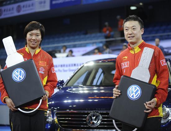 图文-国际乒联总决赛赛后颁奖两冠军手拿汽车钥匙