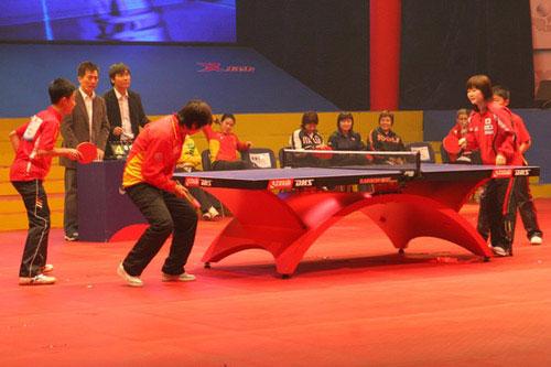 图文-国球大典乒乓球嘉年华启动福原爱对阵小选手