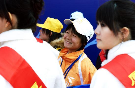 图文-厦门国际马拉松赛女子赛况张莹莹等待领奖