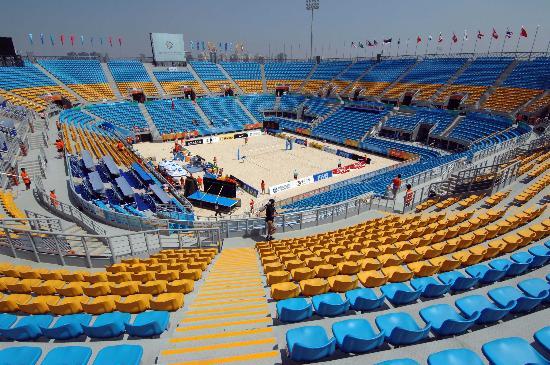 沙滩排球场主体结构由钢支架连接而成,形成开放式的露天场馆.