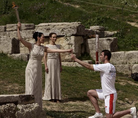 图文-北京奥运会圣火取火仪式 亚历山大虔诚接火炬