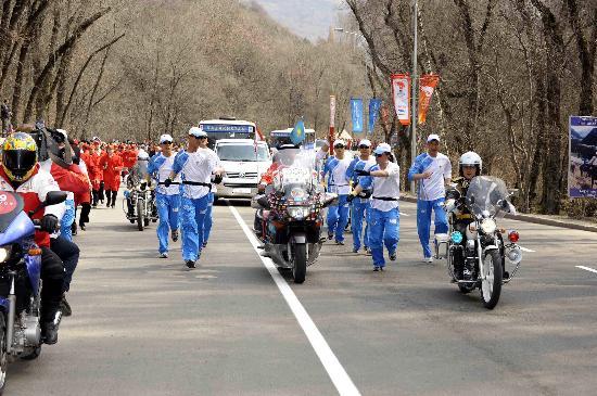 图文-奥运圣火在阿拉木图传递 大家簇拥着火炬手