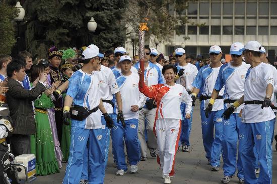 图文-北京奥运圣火在哈萨克斯坦传递 感觉很光荣