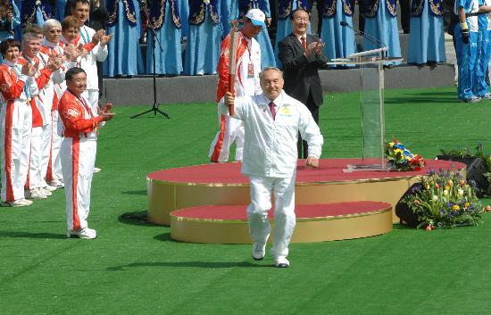 图文-哈萨克斯坦总统传递北京奥运火炬 开始了传递