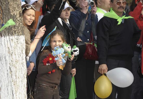 图文-阿拉木图民众迎圣火 手持福娃的小女孩