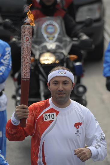 图文-奥运圣火在伊斯坦布尔传递 火炬手面带笑容
