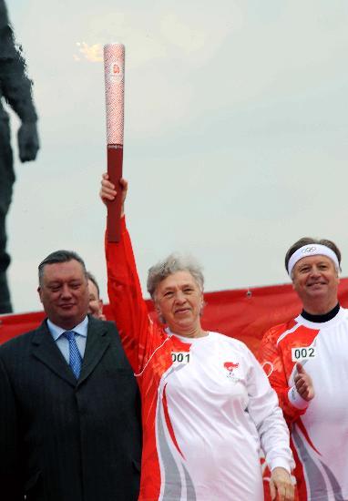 图文-奥运圣火圣彼得堡传递 第一棒微笑展示火炬