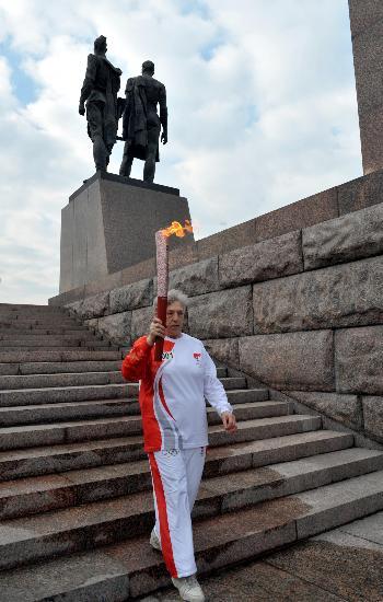 图文-奥运圣火圣彼得堡传递 第一棒开始传递圣火