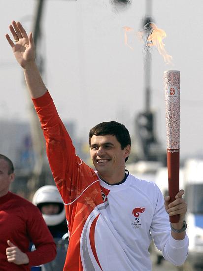 图文-奥运会圣火在圣彼得堡传递 波波夫英姿依然