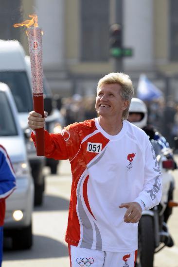 图文-奥运圣火在圣彼得堡传递 雪上传奇崇敬圣火