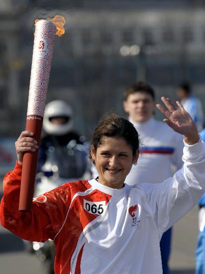 图文-奥运圣火传递在圣彼得堡举行 这是一生的骄傲
