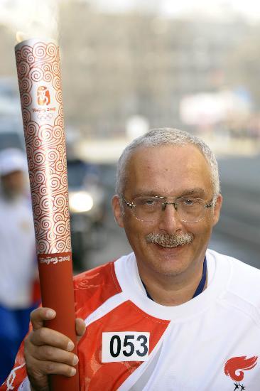 图文-奥运圣火传递在圣彼得堡举行 擎祥云露笑颜