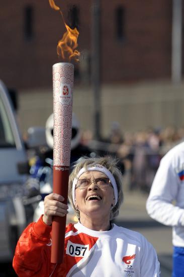图文-奥运圣火传递在圣彼得堡举行 仰望圣火光辉