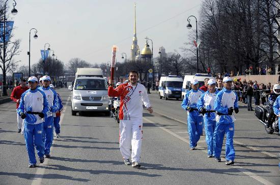 图文-奥运圣火传递在圣彼得堡举行 慢跑在大道上