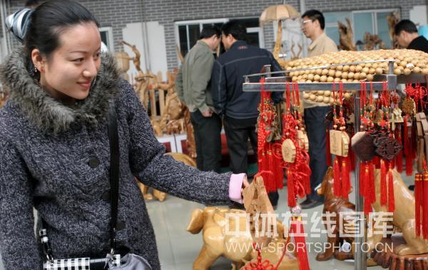 图文-国家射击队秦皇岛踏青 任洁对中国结爱不释手