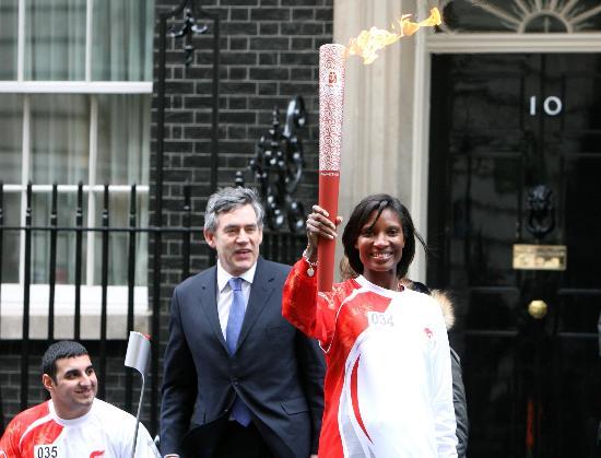 图文-奥运圣火在伦敦传递 圣火在首相府前展示