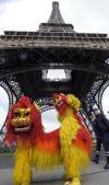 图文-北京奥运圣火在巴黎传递 埃菲尔铁塔下的表演