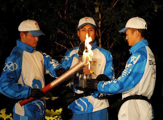 图文-北京奥运圣火在巴黎传递 用火种灯点火